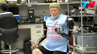 getlinkyoutube.com-Un hombre controla sus brazos roboticos con el pensamiento! INCREIBLE