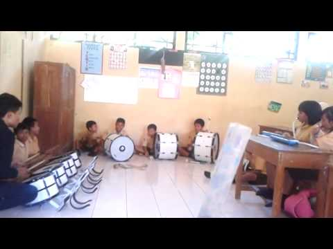 Latihan Drumband SD 02 Padomasan Batang Oleh KKN UNNES 2013