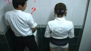 getlinkyoutube.com-(뜬금) 남자화장실에 와서 소변보는 그녀