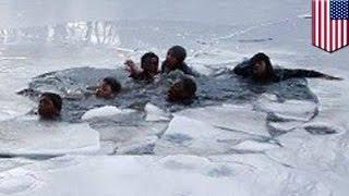 getlinkyoutube.com-On thin ice: Teenage boys fall through frozen pond in New York's Central Park  - TomoNews