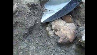 getlinkyoutube.com-Ritrovati 27 scheletri di viandanti con monete e pugnali