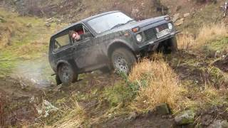 getlinkyoutube.com-Land Rovers & Lada Niva play 'King of the hill'