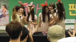 getlinkyoutube.com-150913 GFriend ( 여자친구 ) took a picture with a Japanese fan girl. Sowon spoke in Japanese「写真を撮る」.