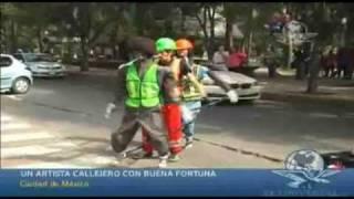getlinkyoutube.com-Un artista callejero con buena fortuna -  El Universal TV