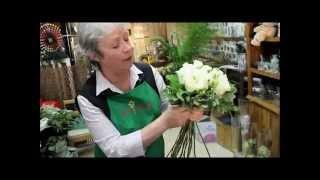 getlinkyoutube.com-Белые розы: составление букета невероятной красоты своими руками (мастер класс по флористике).