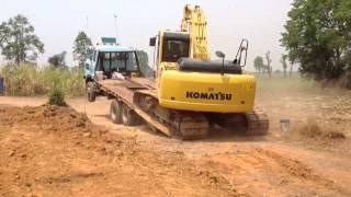 getlinkyoutube.com-KOMATSU Excavator PC200-8 loading on tag trailer suttana