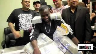 Akon reçoit 50 000 dollars dans des sachets qu'il va balancer dans un Strip Club