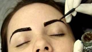 getlinkyoutube.com-Tintura de Henna Lú Brandão em sobrancelha
