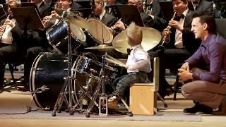 getlinkyoutube.com-Garoto de 3 anos toca bateria de forma inacreditável