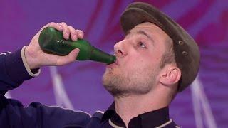 """getlinkyoutube.com-Iluzjonista udawał pijanego na scenie """"Mam Talent!"""" Musicie to zobaczyć!"""