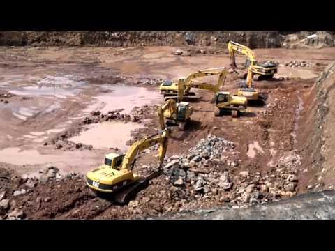 maquinaria pesada trabajando en construccion gruas y excavadoras