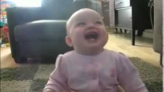 Bebe mort de rire