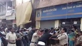 getlinkyoutube.com-One Army Jawan VS 7 Police Officers - Fighting Outside Bank
