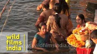 getlinkyoutube.com-Women bathing in Ganges river during Shivratri, Varanasi