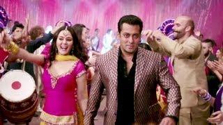 getlinkyoutube.com-Kudiye Di Kurti Full Video Song Ishkq In Paris   Salman Khan, Preity Zinta, Rhehan Malliek