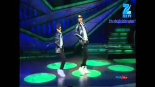 getlinkyoutube.com-Amazing robot dance ever by prince & rohan