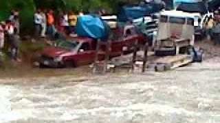 trailer tratando de cruzar el rio yulcumas camino hacia puerto bermudez 14/01/12