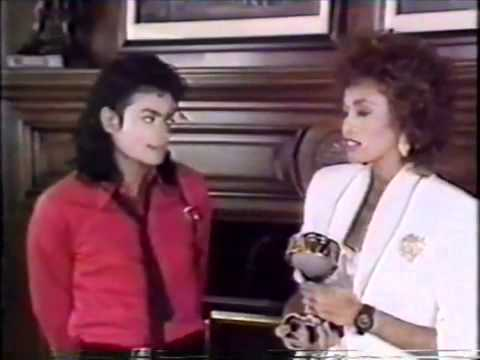 Whitney Houston Gives Michael Jackson Award 1989 (Video 2of2)