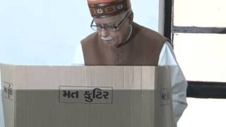 getlinkyoutube.com-BJP leader Shri LK Advani casts vote for AMC election in Ahmedabad