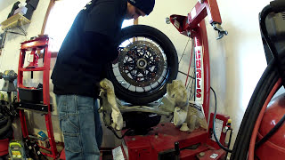 getlinkyoutube.com-CHANGING A MOTORCYCLE TIRE WITH A COATS RC 100  TIRE CHANGER .MP4