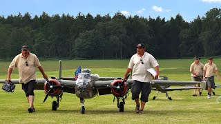 getlinkyoutube.com-20ft. B-25 Together With Two Giant Me109