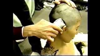 日本人女性 黒髪ロングヘアーを下着姿で剃髪