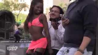getlinkyoutube.com-sokaktaki erkeklere sürpriz kucak dansı