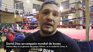 David Diaz les enseña a los niños a boxear en el parque Portage, de Cicero, Il