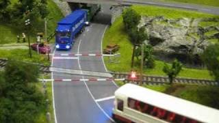 Modellbahn - Zug und Bahnübergang - train and railroad crossing - 電車と踏切