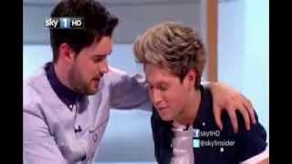 getlinkyoutube.com-VÍDEO: ¡Niall Horan Mostrando Su trasero y Harry Styles Besa A Un hombre!