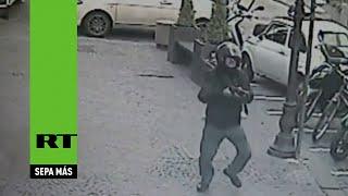 getlinkyoutube.com-Hombre dispara una ametralladora entre una multitud en Italia