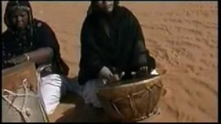 getlinkyoutube.com-Mujeres Saharauis, El juego del tambor