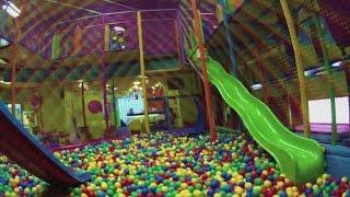getlinkyoutube.com-playground, szaleństwa zabawa, dzieci w kulkach, zabawa w kolorowym labiryncie zjazdy do kulek
