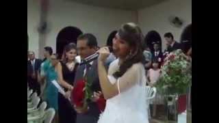 getlinkyoutube.com-Com vozeirão, noiva entra cantando em casamento e emociona os convidados
