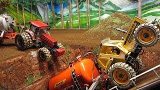 getlinkyoutube.com-RC TRACTOR farm accident - farm toys in action