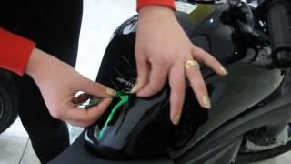 getlinkyoutube.com-Aplicação de Protetores de Tanque para Motos - TankPad - Transparente, Monster e CB 300