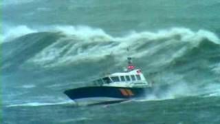 getlinkyoutube.com-Pilot boat Pathfinder in Storm force 10, with 8m seas