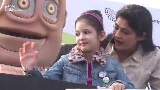 getlinkyoutube.com-Too CUTE: Harshaali Malhotra From Salman's Bajrangi Bhaijaan Flags Off Junior Marathon With Mother