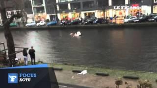 Ils sautent dans l'eau glacée pour sauver une mère et son bébé