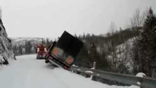 Ciężarówka spada w przepaść