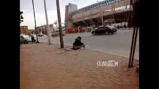 getlinkyoutube.com-女性がバス停留所で大便?!!!!!!=中国