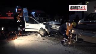 Erzincan'da Bariyerlere Saplanan Otomobilde Can Pazarı