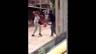 getlinkyoutube.com-Pelea de dos hombres con machetes en el barrio Las Malvinas en #SantaMarta #NoHayDerecho