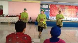 getlinkyoutube.com-Laila Canggung at Bekasi Square - Line Dance Competition