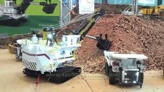 getlinkyoutube.com-1:50 RC-Modell Bucyrus 495 HF Bagger belädt Liebherr T282