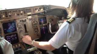 """getlinkyoutube.com-757 Gal ♦ (Cockpit) Rough Windy Landing ♦ """"What Runway ?"""""""