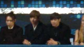 getlinkyoutube.com-121229 TVXQ watching f(x) performance @ SBS Gayo