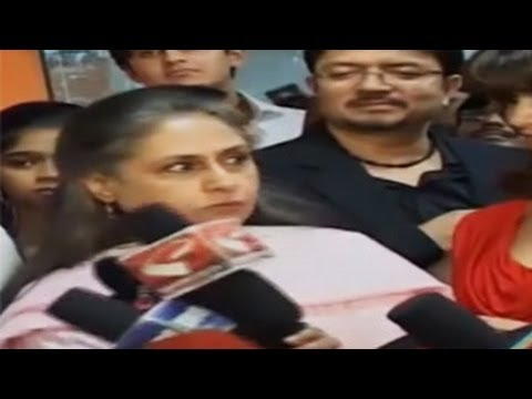 Jaya Bachchan SHOUTS & PUSHES a Reporter