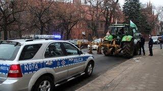 getlinkyoutube.com-POlicja zatrzymuje,kontroluje,legitymuje protestujących Rolników przeciwko wyprzedaży Ziemi-cz.2