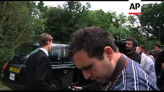 getlinkyoutube.com-Funeral for Amy Winehouse; mourners at Camden house ADDS more